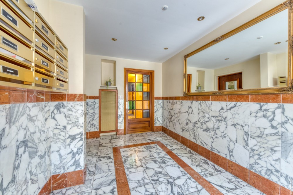 2 bed Property For Sale in Nice,  - 25